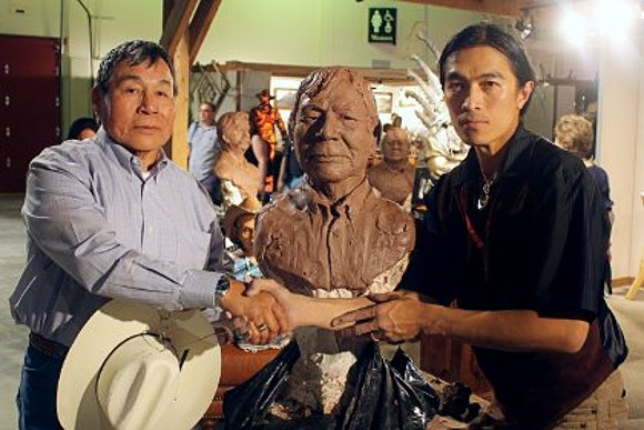 Sunti quick sculpts Cree Nation's Marvin Littlechild in 25 minutes at the Calgary Stampede